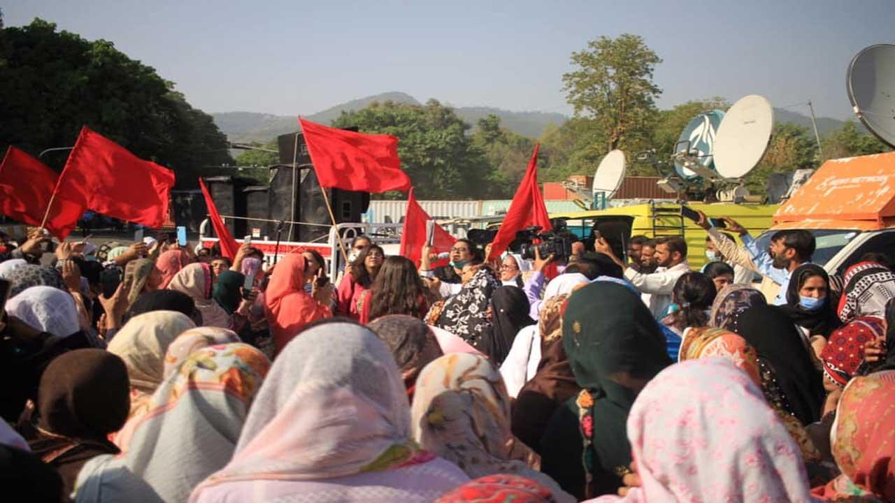 নয়া উদারনৈতিক আর্থিক নীতি বিরোধী শ্রমিক আন্দোলনের সমর্থনে পাকিস্তানে মহিলাদের বিশাল সমাবেশ